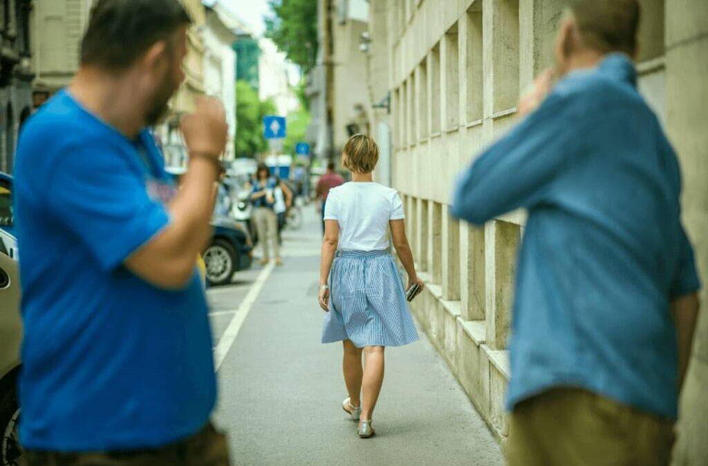 Catcalling e donne: anche un fischio è reato. Non in Italia
