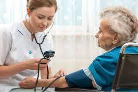 Post Covid, la nuova centralità della geriatria